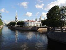 Ponte pedestre da paisagem urbana da torre e da igreja de sino da construção do rio Imagens de Stock