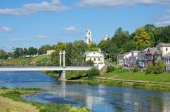 Ponte pedestre e o rio Tvertsa, Torzhok Imagens de Stock