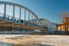 Ponte pedestre Kaarsild e a vista na terraplenagem do rio de Emajõgi Imagens de Stock Royalty Free