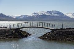 Ponte pedestre minúscula em Akureyri, Islândia imagem de stock