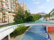 Ponte pedestre moderna ao lado do Sandy Beach em Alicante spain fotos de stock royalty free