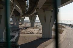 Ponte pedestre moderna atrav?s da ba?a em St Petersburg Sustenta??es concretas da ponte R?ssia imagens de stock