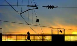 Ponte pedestre no estação de caminhos-de-ferro de Vilnius foto de stock
