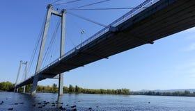 Ponte pedestre no rio no dia ensolarado do verão Imagens de Stock