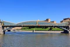 Ponte pedestre nomeada após Bogdan Khmelnitsky Kievsky Pedestrian Bridge imagens de stock