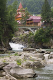 Ponte pedestre sobre uma cachoeira em um rio da montanha Fotografia de Stock Royalty Free