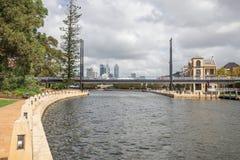 Ponte pedonale attraverso porto del fiume del cigno il piccolo a Perth orientale Fotografie Stock Libere da Diritti