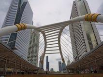 Ponte pedonale curvo iconico di progettazione alla stazione dello skytrain di Chong Nonsi BTS fotografia stock