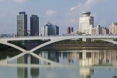 Ponte pedonale della città attraverso il fiume Immagini Stock