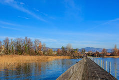 Ponte pedonale di legno sopra il lago Zurigo in Svizzera Immagine Stock