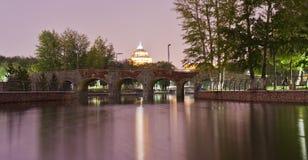 Ponte pedonale nel Central Park di Astana nella sera immagini stock libere da diritti