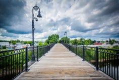 Ponte pedonale sopra il fiume di Merrimack, a Manchester, nuova fotografia stock libera da diritti