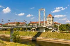 Ponte pedonale sopra il fiume di Nemunas a Kaunas fotografia stock