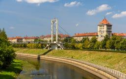 Ponte pedonale sopra il fiume di Nemunas a Kaunas fotografia stock libera da diritti