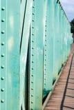 Ponte pedonale vuoto, una sezione di vecchio ponte d'acciaio verde sopra il tributario del Mekong fotografie stock