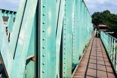 Ponte pedonale vuoto, una sezione di vecchio ponte d'acciaio verde sopra il tributario del Mekong fotografia stock libera da diritti