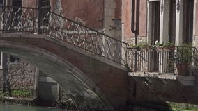 Ponte pequena em um canal em Veneza video estoque