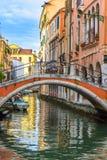 Ponte pequena no canal de Veneza foto de stock