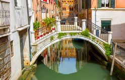 Ponte pequena no canal de Veneza fotografia de stock royalty free