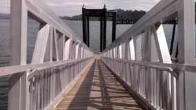 Ponte pequena no lago azul foto de stock