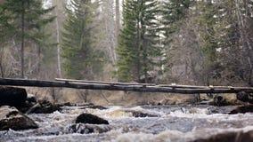 Ponte pericoloso attraverso il fiume della montagna stock footage