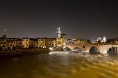 Ponte Pietra τή νύχτα - Βερόνα Ιταλία Στοκ Φωτογραφίες