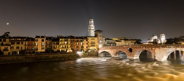 Ponte Pietra τη νύχτα και ποταμός Adige - Βερόνα Στοκ φωτογραφίες με δικαίωμα ελεύθερης χρήσης