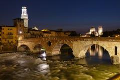 Ponte Pietra над Адидже на ноче Стоковая Фотография RF