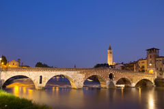 Ponte Pietra bis zum Nacht stockbilder