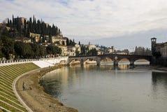 Ponte Pietra e castelo de San Pietro Fotografia de Stock Royalty Free