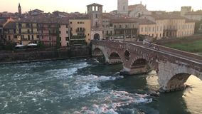Ponte Pietra i Verona på skymning arkivfilmer