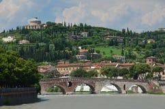Ponte Pietra och Santuario Madonna Di Lourdes i Verona Royaltyfri Bild