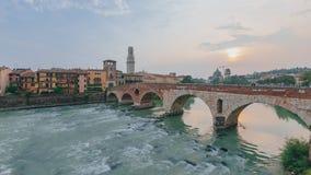 Ponte Pietra sobre el río del Adigio, con el campanario de la catedral de Verona, en Verona, Italia imagen de archivo