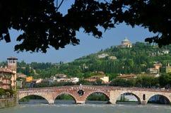 Ponte Pietra und Di Lourdes Santuario Madonna in Verona Stockfotos