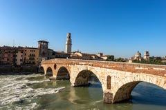 Ponte Pietra y río del Adigio en Verona Italy imagen de archivo