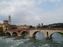 Ponte Pietre μια γέφυρα στη Βερόνα στην Ιταλία Στοκ εικόνα με δικαίωμα ελεύθερης χρήσης