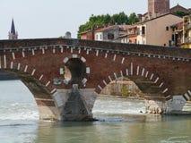 Ponte Pietre мост в Вероне в Италии Стоковые Фотографии RF