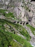 Ponte pietroso scenico della ferrovia in alpi svizzere in SVIZZERA Fotografia Stock