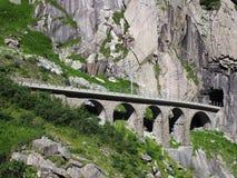 Ponte pietroso scenico della ferrovia in alpi svizzere in SVIZZERA Fotografia Stock Libera da Diritti