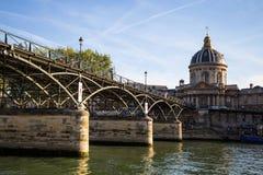 Ponte Pont des Arts das artes com o instituto de França em Paris, França imagens de stock