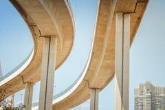 A ponte preto e branco da imagem de anéis ou da ponte industrial de Bhumibol é passagem superior concreta da junção e do intercâm fotos de stock royalty free
