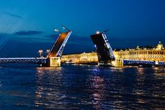 Ponte principal de St Petersburg - abertura na noite fotografia de stock