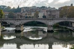 Ponte Przerzuca most Vittorio Emanuele II sławny most w Rzym przez Tiber fotografia royalty free