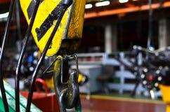 Ponte que levanta Crane Hook na perspectiva da cadeia de fabrica??o f?brica industrial foto de stock