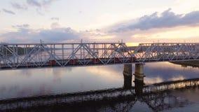 Ponte Railway através do Rio Volga, que vai no trem de passageiros Silhueta do homem de negócio Cowering vídeos de arquivo