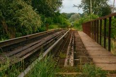 Ponte Railway com os trilhos que saem para o horizonte Imagem de Stock