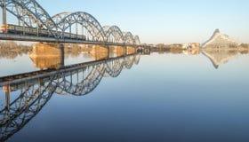 Ponte Railway e edifício de biblioteca nacional novo Fotos de Stock Royalty Free