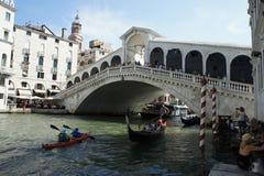 Ponte Rialto con le barche di estate immagine stock