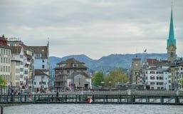 Ponte, rio e cidade com arquitetura bonita Foto de Stock Royalty Free