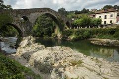 Ponte romana de Cangas de Onis no rio de Sella nas Astúrias da Espanha imagem de stock